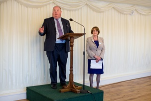 Le très honorable Eric Pickles, secrétaire d'État britannique pour les communautés et le gouvernement local, s'adressant aux invités lors d'une réception tenue le 30 avril 2014 au Parlement, marquant la fête bahá'íe du Ridván.