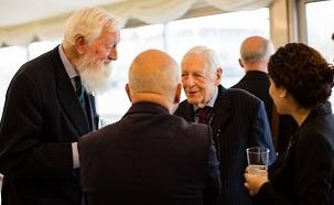 Parmi les invités à une réception organisée au Parlement britannique, le 30 avril 2014, marquant la fête bahá'íe du Ridván se trouvaient lord Hylton – à gauche sur la photo – et lord Avebury, deuxième à droite sur la photo.
