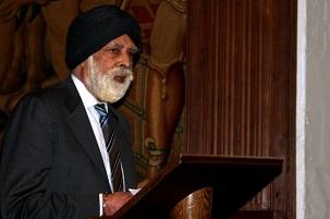 Le baron Singh de Wimbledon – éminent sikh britannique et membre de la chambre des Lords – partageant quelques réflexions sur sa tradition religieuse à une réunion commémorative spéciale à l'abbaye de Westminster, le 27 mai 2014 ; réunion qui a marqué le sixième anniversaire de l'emprisonnement de sept anciens responsables bahá'ís iraniens