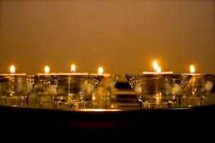 Sept bougies ont été allumées par les représentants des principales religions du Royaume-Uni à l'abbaye de Westminster, chacune d'elle représentant l'un des responsables bahá'ís emprisonnés en Iran.