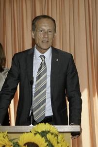 Le 3 juillet 2014, Axel Wintermeyer, ministre d'État et chef de la chancellerie de la Hesse, s'adressant à une réunion au centre national bahá'í en Allemagne, pour marquer le 50e anniversaire de la maison d'adoration bahá'íe européenne.