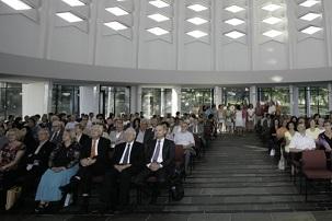 Une réunion de prière à la maison d'adoration bahá'íe européenne, à Langenhain, en Allemagne, a eu lieu le jeudi 3 juillet 2014, marquant le 50e anniversaire de l'inauguration du temple. D'éminentes personnalités religieuses et politiques faisaient partie des invités, tout comme l'architecte du bâtiment, Teuto Rocholl.