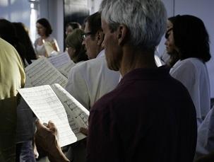 Le jeudi 3 juillet, une chorale locale de Langenhain a chanté un programme musical dévotionnel dans la maison d'adoration bahá'íe européenne, au cours d'un rassemblement spécial marquant le 50e°anniversaire de l'inauguration du temple. La chorale, appelée The 1844 Gesangsverein Langenhain e.V, a été créée en 1844, la même année que la foi bahá'íe