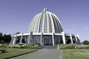 La première maison d'adoration bahá'íe européenne, à Langenhain en Allemagne, a été inaugurée le 4 juillet 1964. Aujourd'hui, six autres maisons d'adoration bahá'íes sont édifiées dans le monde : en Australie, en Inde, au Panama, en Ouganda, aux États-Unis et aux Samoa occidentales. Une autre maison d'adoration continentale est actuellement en construction à Santiago, au Chili.