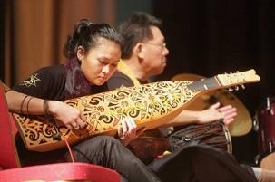 Les participants venus de toute la Malaisie et de Singapour partageant leurs talents musicaux au premier Festival de musique bahá'í et à la Merdeka Unity Devotional (réunion de prière Merdeka pour l'unité), qui s'est tenu du 29 au 31 août à Subang Jaya.