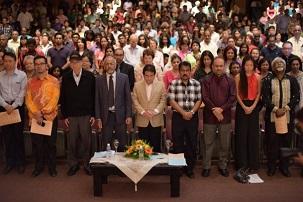 Des dignitaires, dont des représentants du gouvernement et des communautés religieuses, ont participé à la Merdeka Unity Devotional (réunion de prière Merdeka pour l'unité), le dernier jour du premier Festival de musique bahá'í 2014. Ils sont représentés observant une minute de silence à la mémoire des victimes du vol MH17 de la Malaysia Airlines.