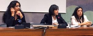Mahnaz Parakand, Simin Fahandej et Diane Ala'i (de gauche à droite), prenant la parole le 15 septembre, lors de la présentation du nouveau rapport Promesses non tenues à Genève. Mme Parakand a aidé à défendre, au cours de leur procès de 2010, les sept responsables bahá'ís iraniens emprisonnés. Mme Fahandej et Mme Ala'i sont des représentantes de la Communauté internationale bahá'íe auprès des Nations unies à Genève.