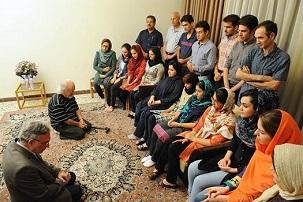 Sur une photo postée début septembre sur plusieurs sites en langue persane, Muhammad Nourizad, un ancien journaliste du journal semi-officiel Kayhan, et Muhammad Maleki, le premier directeur de l'université de Téhéran après la révolution islamique, sont humblement agenouillés devant un groupe d'étudiants bahá'ís.