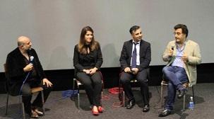 Un panel de discussion à l'Hackney Picturehouse, à Londres, suite à la première projection au Royaume-Uni du documentaire To Light a Candle (Allumer une bougie). Sur la photo, de gauche à droite : le comédien Omid Djalili, l'étudiant iranien Baharan Karamzadeh, l'avocat international des droits de l'homme Payam Akhavan, et le cinéaste Maziar Bahari.