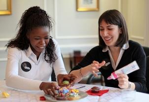 Des volontaires de nombreuses communautés religieuses ont décoré des gâteaux et emballé des cadeaux destinés à être distribués à un refuge pour sans-abri à l'ouest de Londres. Cette activité faisait partie du lancement et du premier jour de volontariat d'« Une année de service », une initiative patronnée par le gouvernement du Royaume-Uni pour encourager les communautés religieuses à servir la société. Le lancement a eu lieu au Centre national bahá'í, le 28 février 2012.
