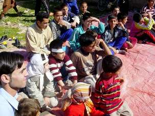 Une des classes organisées pour des jeunes à Katsbas, dans les environs de Chiraz, en Iran.