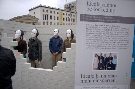 À Berlin, en Allemagne, une réplique de la cellule a été construite devant l'historique porte de Brandebourg pour attirer l'attention sur le cas des responsables bahá'ís emprisonnés en Iran.
