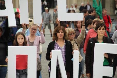 À Berlin, les militants des droits de l'homme de tous âges et milieux socioculturels réclament la liberté pour les prisonniers politique d'Iran.