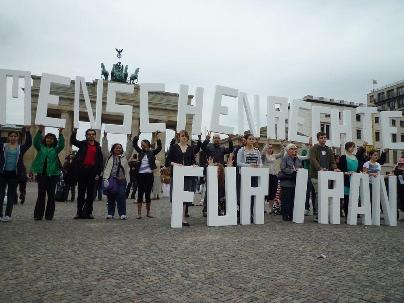 Le slogan « Droits de l'homme pour l'Iran » est affiché en grandes lettres par les militants réunis à la porte de Brandebourg à Berlin.