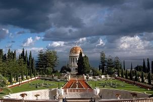 Le tombeau du Báb, sur le Mont Carmel à Haïfa en Israël, est entouré de jardins à la française et de terrasses. C'est une des deux propriétés bahá'íes majeures qui vient d'être inscrites, par l'UNESCO, sur la Liste du  patrimoine mondial de l'humanité.