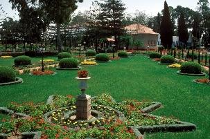 Des jardins à la française entourent le lieu de sépulture de Bahá'u'lláh, situé en dehors d'Acre, en Israël. Le nom de la propriété est Bahji, ce qui signifie