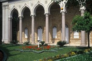 La colonnade et les jardins adjacents au tombeau du Báb à Haïfa, en Israël. L'endroit est le lieu de sépulture du Báb, l'un des fondateurs de la foi bahá'íe.