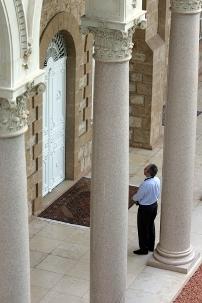 Un visiteur prie au tombeau du Báb à Haïfa. Une pièce intérieure adjacente au tombeau est ouverte aux bahá'ís et au public.