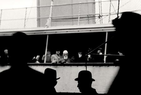 'Abdu'l-Bahá photographié à bord du navire à vapeur Celtic alors qu'il quitte New York pour Liverpool, en Angleterre, le 5 décembre 1912. Ses paroles d'adieu exprimaient le désir de voir « l'Orient et l'Occident s'unir dans l'amour et se comporter l'un envers l'autre avec sympathie et affection. Tant que les hommes n'auront pas atteint ce rang élevé, l'humanité ne trouvera pas de repos… »