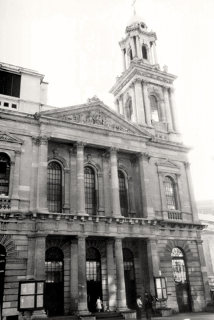 Le City Temple, à Londres, où 'Abdu'l-Bahá a donné sa toute première causerie publique, le 10 septembre 1911. « Le don divin pour cet âge de lumière est la connaissance de l'unité du genre humain et de l'unité fondamentale de la religion », a-t-il expliqué à l'assemblée.