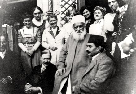 La première visite de 'Abdu'l-Bahá en Angleterre en septembre 1911 comprenait un week-end dans la ville de Bristol où il a rencontré les bahá'ís et leurs amis. « Son comportement extrêmement naturel et simple a frappé certains des participants, écrit un observateur, ainsi que sons sens de l'humour si plaisant que son long emprisonnement et ses épreuves terribles n'avaient pas réussi à détruire. »