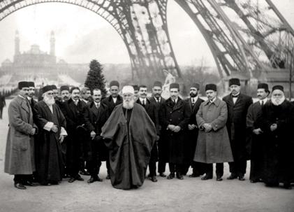 'Abdu'l-Bahá et son entourage sous la tour Eiffel à Paris en 1912. « Moi en Orient et vous en Occident, essayons de tout notre cœur et de toutes nos forces de faire régner l'unité dans le monde, dit-il à son auditoire français, pour que tous les êtres forment un seul peuple, et que toute la terre soit comme un seul pays. »