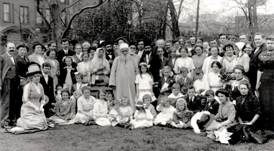 'Abdu'l-Bahá avec des amis au Lincoln Park à Chicago en 1912. Cette ville lui était particulièrement chère, a-t-il expliqué à ses disciples, parce que c'est là que le premier centre bahá'í avait été établi sur le continent américain.
