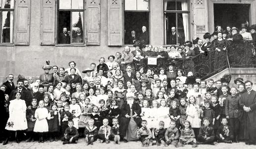 La seconde visite de 'Abdu'l-Bahá en Europe continentale en 1913 comprenait un séjour en Allemagne. Il participe ici à un grand rassemblement à Esslingen. « J'étais jeune lorsque j'ai été mis en prison et mes cheveux étaient blancs quand les portes de la prison se sont ouvertes…, a-t-il expliqué aux bahá'ís de Stuttgart. Maintenant je suis ici afin d'être uni à vous, afin de vous rencontrer. Mon but est que vous puissiez peut-être illuminer le genre humain, que tous les hommes puissent être unis dans une amitié et un amour parfaits… »