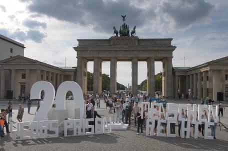 Le samedi 12 septembre, quelque 400 personnes, dont de nombreux défenseurs des droits de l'homme, ont participé à une manifestation devant l'historique porte de Brandebourg à Berlin, faisant appel à la libération des sept dirigeants bahá'ís iraniens, initialement condamnés à 20 ans de prison.