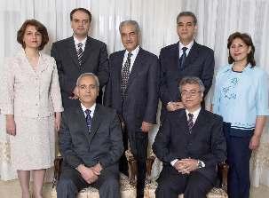 Les sept prisonniers bahá'ís, photographiés plusieurs mois avant leur arrestation, sont, au premier rang, Behrouz Tavakkoli et Saeid Rezaie, et, debout, Fariba Kamalabadi, Vahid Tizfahm, Jamaloddin Khanjani, Afif Naeimi, et Mahvash Sabet.
