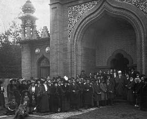 Le livre « Abbas-Effendi » comprend une description de la visite de 'Abdu'l-Bahá en janvier 1913 à la petite ville marchande de Woking, dans le sud de l'Angleterre, où la toute première mosquée a été construite en Europe, en dehors de l'Espagne maure. 'Abdu'l-Bahá s'est adressé à une assemblée d'amis égyptiens, turcs, indiens et anglais dans la cour de la mosquée. « La religion de Dieu, leur a-t-il déclaré, encourage les peuples à soutenir le principe de la paix. L'amour est la précieuse vérité à la base de la religion divine... »
