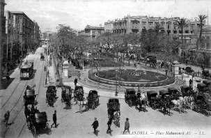 La place Mohammed Ali à Alexandrie, représentée sur une carte postale datant de la période du séjour de 'Abdu'l-Bahá dans cette ville égyptienne. Aujourd'hui, le carrefour est appelé Midan Tahrir.