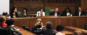 Une table ronde qui s'est tenue aux Chambres du parlement du Royaume-Uni le 15 juin a été marquée par les interventions de (de gauche à droite) : Nazila Ghanea, professeur à l'université d'Oxford et rédactrice en chef du Journal of Religion & Human Rights ; Shadi Sadr, avocate et militante des droits des femmes ; Louise Ellman, membre du Parlement, qui a présidé le panel ; Mike Gapes, membre du Parlement ; Khataza Gondwe de Christian Solidarity Worldwide, un groupe de soutien pour la liberté de croyance religieuse ; et Omid Djalili, acteur et comédien.