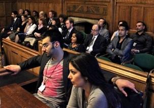 Les membres de l'auditoire lors d'un séminaire sur les droits de l'homme en Iran qui s'est tenu aux Chambres du parlement du Royaume-Uni. Le séminaire du 15 juin a été le dernier d'une série d'activités qui ont eu lieu à travers le monde pour marquer le troisième anniversaire de l'arrestation des responsables bahá'ís iraniens. Les sept responsables ont été arrêtés sur des accusations infondées, condamnés sans preuves et en violation d'une procédure régulière, et purgent chacun des peines de prison de 20 ans.