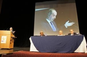 1. Mohamad Tavakoli, professeur d'histoire des civilisations du Proche et du Moyen-Orient, prononce le discours d'ouverture de la conférence ayant pour thème «La marginalisation intellectuelle et la question bahá'íe en Iran», qui a débuté le vendredi 1erjuillet à l'université de Toronto. Dans le groupe, on reconnaît, de gauche à droite, Linda Northrup, de l'université de Toronto, Ahmad Karimi-Hakkak, de l'université du Maryland et Abbas Amanat, de l'université de Yale.
