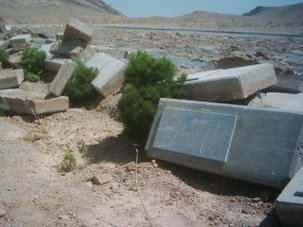 Dans un autre exemple de vandalisme des cimetières appartenant aux bahá'ís en Iran, des pierres tombales près de Najafabad ont été entassées par un bulldozer qui a détruit le cimetière bahá'í en septembre 2007.