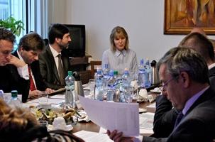 Les membres du comité des Affaires étrangères de la République slovaque étudiant la situation des bahá'ís d'Iran au cours d'une séance, le 7 décembre 2011. Au centre, Andrea Polokova, un représentant de la communauté bahá'íe de Slovaquie, s'adressant au comité.