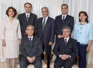 Les sept prisonniers bahá'ís photographiés quelques mois avant leur arrestation, sont, devant, Behrouz Tavakkoli et Saeid Rezaie, et, debout, Fariba Kamalabadi, Vahid Tizfahm, Jamaloddin Khanjani, Afif Naeimi et Mahvash Sabet.
