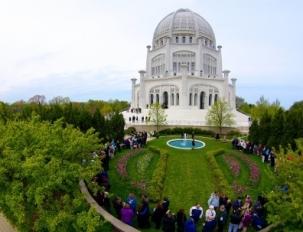 Des visiteurs rassemblés à la maison d'adoration bahá'íe à Wilmette, dans l'Illinois, pour un programme commémoratif spécial qui a eu lieu le 29 avril 2012, marquant le centenaire de la pose de la pierre angulaire par 'Abdu'l-Bahá. Trois services comprenaient des prières lues en différentes langues par des enfants, des sélections d'écrits sacrés chantés par la chorale du temple et l'occasion rare pour les visiteurs d'entendre un enregistrement de la propre voix de 'Abdu'l-Bahá.