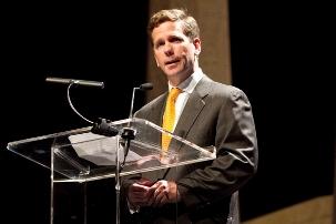 Le député de l'Illinois, Robert Dold, s'adressant à l'assistance au Chicago Theatre le 28 avril 2012, saluant les efforts des bahá'ís pour bâtir une société plus unifiée.