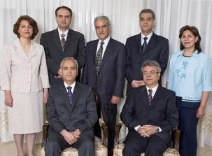 Photo des sept responsables bahá'ís emprisonnés : assis en partant de la gauche, Berouz Tavakkoli et Saeid Rezaie et, debout, Fariba Kamalabadi, Vahid Tizfahm, Jamaloddin Khanjani, Afif Naemi et Mahvash Sabet.