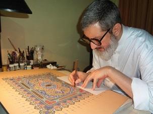 L'ayatollah Abdol-Hamid Masoumi-Tehrani peaufinant une œuvre de calligraphie enluminée. Les mots utilisés dans cette œuvre sont tirés des écrits de Bahá'u'lláh.
