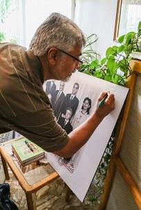 Issa Saharkhiz, un important journaliste iranien, signant une photo des sept anciens responsables bahá'ís en Iran.