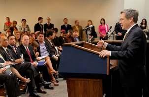Le sénateur américain Mark Kirk prenant la parole lors d'une réception à Washington D.C., le 12 mai 2011. Il évoque ses efforts législatifs pour soutenir les droits de l'homme du peuple d'Iran. Le sénateur Kirk a proposé récemment une résolution condamnant les persécutions religieuses dont souffrent les bahá'ís en Iran, y compris l'incarcération illégale des personnes honorées par la réception de Washington, c'est-à-dire les sept responsables emprisonnés de la communauté bahá'íe iranienne.