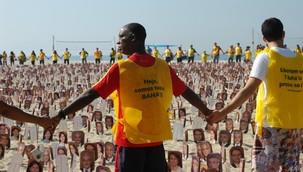 Les militants se sont donné la main autour de près de 8 000 portraits des responsables bahá'ís iraniens emprisonnés au cours d'un rassemblement pour soutenir les droits de l'homme en Iran qui a eu lieu le 19 juin sur la plage de Copacabana de Rio. Leurs vestes jaunes affichaient « Aujourd'hui nous sommes tous bahá'ís » et « Libérez les 7 bahá'ís emprisonnés en Iran ». Les vestes ont aussi été distribuées aux commerçants du bord de mer et aux passants qui souhaitaient s'identifier à cette cause.