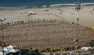 Au Brésil, les militants pour les droits de l'homme ont formé un cercle autour de près de 8 000 portraits des sept responsables bahá'ís iraniens emprisonnés, sur la plage de Copacabana à Rio. Les photos étaient disposées afin de représenter le monde et l'union des peuples de toutes les races et de toutes les nations.