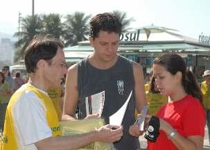 Le 19 juin, les militants ont distribué quelque 3 000 brochures sur la liberté de religion, sur la plage de Copacabana à Rio. Beaucoup de passants étaient intrigués et touchés au point de se joindre aux activités du jour. « La liberté de religion est une cause universelle, a déclaré l'un d'eux, un étudiant venu d'Irlande. Nous devons montrer notre soutien à tous ceux qui en ont besoin. »