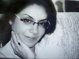 Née à Ahvaz, Raha Sabet, photographiée avant son arrestation, n'a pas eu la possibilité de fréquenter une université privée iranienne reconnue par l'État. Parce qu'elle était bahá'íe, il lui a été impossible, malgré ses efforts, d'obtenir une licence qui lui aurait permis d'ouvrir un magasin spécialisé dans le matériel éducatif pour enfants. Avant son arrestation, elle a été convoquée plusieurs fois pour des interrogatoires. Au cours de l'un d'entre eux, les agents du ministère du Renseignement lui avaient affirmé : « Nous vous causerons tout le tort possible. »