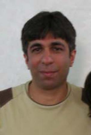 Sasan Taqva, photographié en mai 2009, 18 mois après son emprisonnement d'une durée totale de 4 ans dans un centre de détention du ministère du Renseignement à Chiraz. Né en 1974, M. Taqva, possédait un diplôme d'optométrie et dirigeait sa propre affaire. Cependant, pour empêcher les transactions avec les bahá'ís, le ministère du Commerce a ordonné aux autres commerçants de ne plus rien acheter aux bahá'ís. Avant son arrestation, il était membre du Comité national bahá'í des jeunes.
