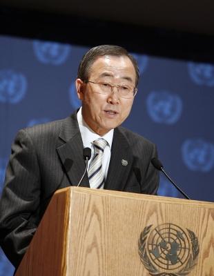 Le secrétaire général des Nations unies, Ban Ki-moon. Dans son quatrième rapport annuel concernant la situation des droits de l'homme dans la République islamique d'Iran, M. Ban a déclaré être « profondément préoccupé » par les récents événements en Iran et a exprimé « sa profonde inquiétude » quant aux restrictions imposées aux minorités religieuses non reconnues et tout spécialement la communauté bahá'íe. ONU Photo/Mark Garten